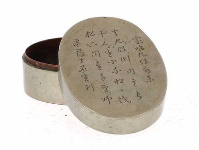 CHINE, XIXe siècle Boîte à opium en cuivre argenté Le couvercle comprenant un décor...