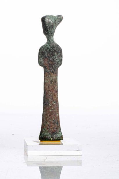 CHINE, XIXe siècle Statuette en bronze Représentée debout et souriante. Sur socle...