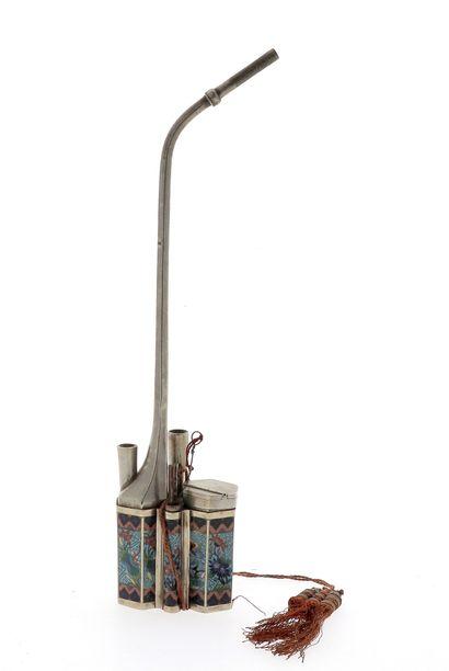 *CHINE, XIXe siècle Nécessaire à Opium avec pipe, cuillière et une lanterne à laiton...