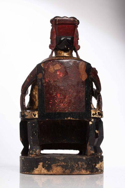 CHINE, XIXe siècle Sculpture en bois laqué à décor d'un dignitaire représenté assis...