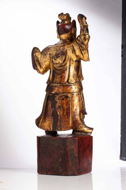 CHINE, XIXe siècle Sculpture en bois laqué doré Représentant un gardien protecteur,...