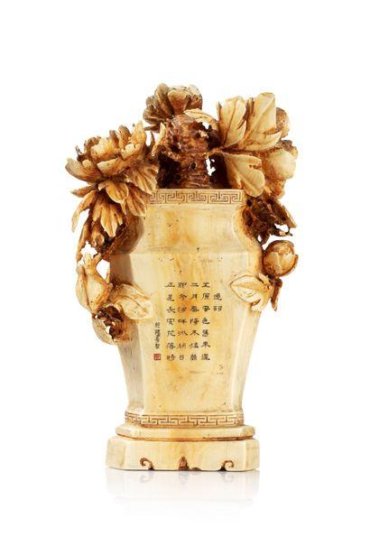 CHINE, XXe siècle Vase couvert en ivoire* présentant un décor en haut relief de fleurs...