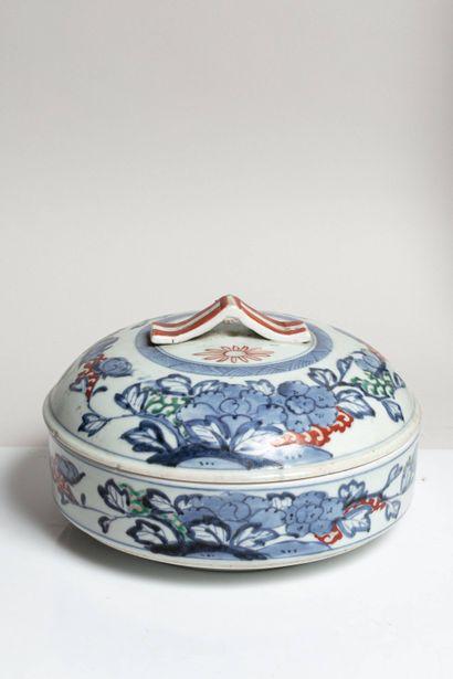 JAPON, XXe siècle Bonbonnière en porcelaine à décor de fleurs en bleu de cobalt,...