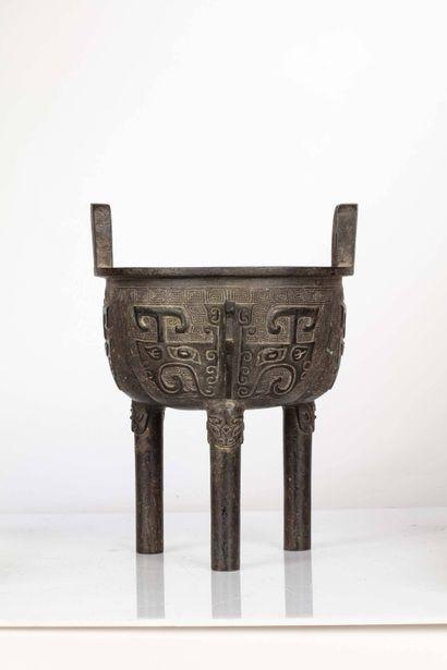 CHINE, XVIIe siècle Brûle parfum en bronze, ding A forme de chaudron tripode, dans...