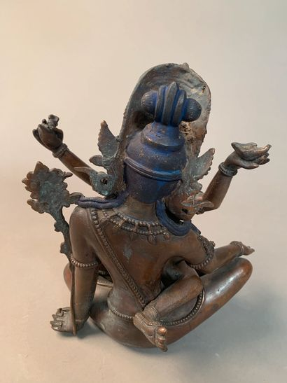 Népal, XXe siècle Statuette en bronze de Shiva et sa parèdre en Yab-Yum emboité....
