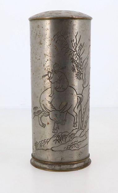 CHINE, XXe siècle Gourde en métal à décor d'un enfant sur un buffle d'eau et inscriptions...