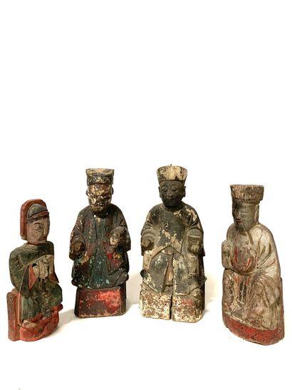 CHINE, XIXe siècle Quatre personnages en bois sculpté et peint Représentés assis...