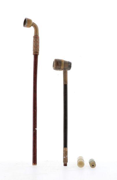 *CHINE, XIXe siècle Ensemble de deux pipes à opium, bois de thé et métal Largeurs...
