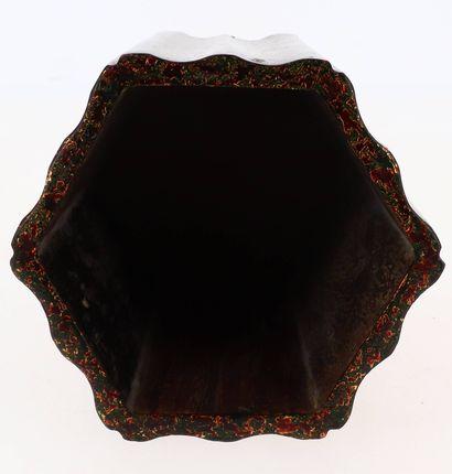 CHINE, XXe siècle Pot à pinceaux en laque Marque apocryphe Kangxi sous la base.  ...
