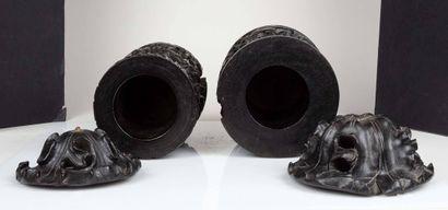 CHINE, XIXe siècle Deux pots couverts en bois sculpté A décor de personnages et oiseaux...