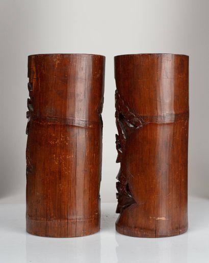 CHINE, XXe siècle Deux pots à pinceaux Bitong en bois sculpté à décor de lettrés...