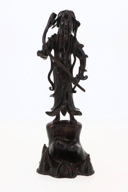 CHINE, XIXe siècle Statue en bronze Représentant un vieillard sur un rocher    Hauteur...