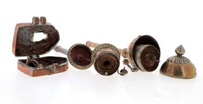 *TIBET, XIXe siècle Ensemble de trois objets rituels comprenant deux rouleaux à prière...