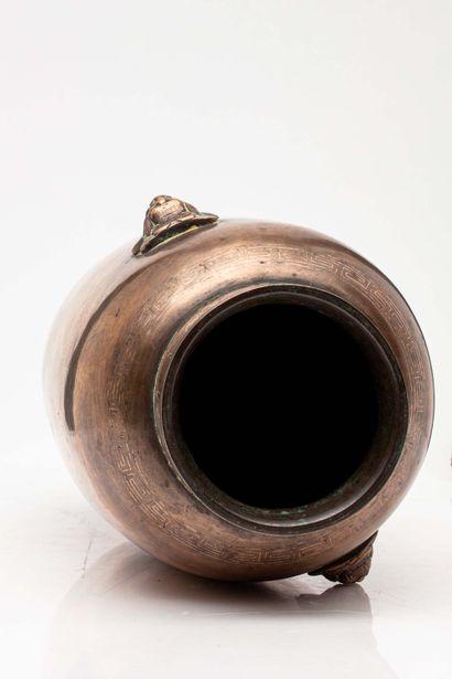 CHINE, XVI/XVII siècle Vase en bronze avec incrustations de fils d'argent à décor...