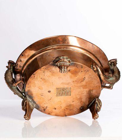 CHINE, XVIIIe SIÈCLE Brûle parfum circulaire en bronze Les anses prenant la forme...