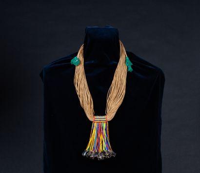 collier composé de perles de traites et graines
