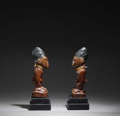 Rare paire d'ibedjis diminutifs présentant deux jumeaux masculins campés sur des...