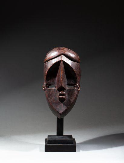 masque de danse présentant un visage oblongue...