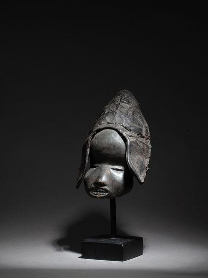Masque de grade présentant un visage juvénile...