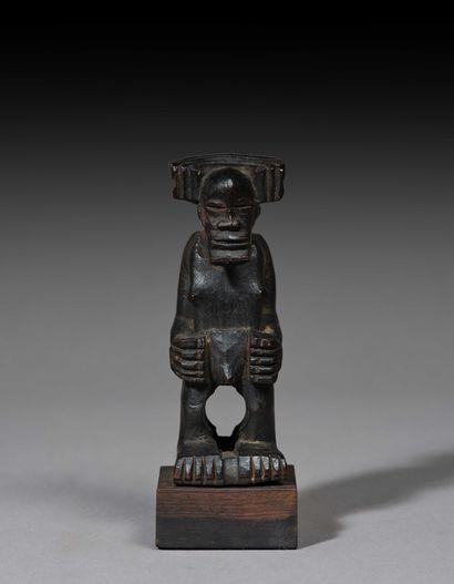 Statuette présentant un chef debout, ses...