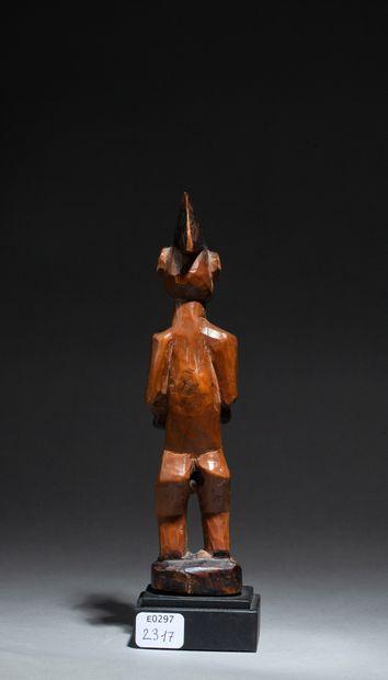 statuette présentant un officiant debout tenant une épée dans la main et sa coiffe...