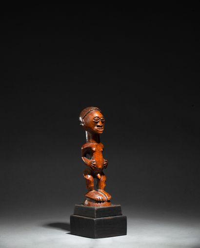statuette présentant une figure masculine...