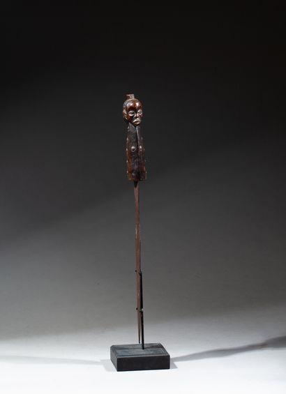 épée de cérémonie la garde sculpté d'une tête Janus symbolisant le temps qui passe...
