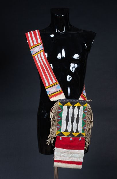 Sac bandoulière à décor symbolique en mosaïque de perles multicolores  Tissu, peau...