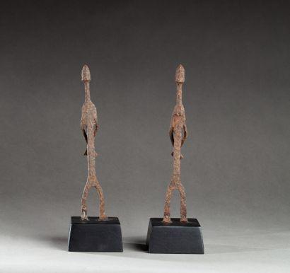 Deux fers rituels présentant des prisonniers...