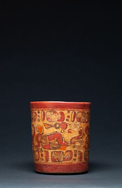 Vase cylindre, orné sur les parois externes...