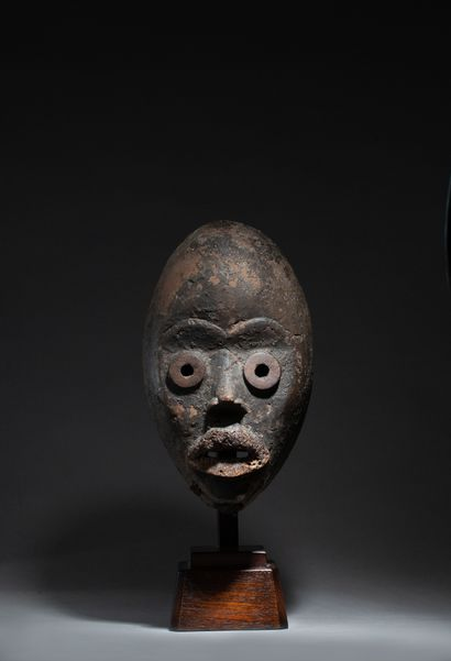 Masque de danse sculpté d'un visage aux lèvres...
