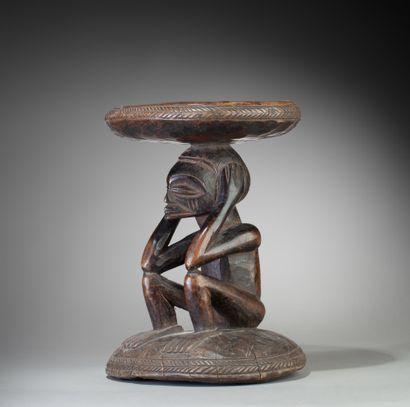 Tabouret de dignitaire sculpté d'un personne...