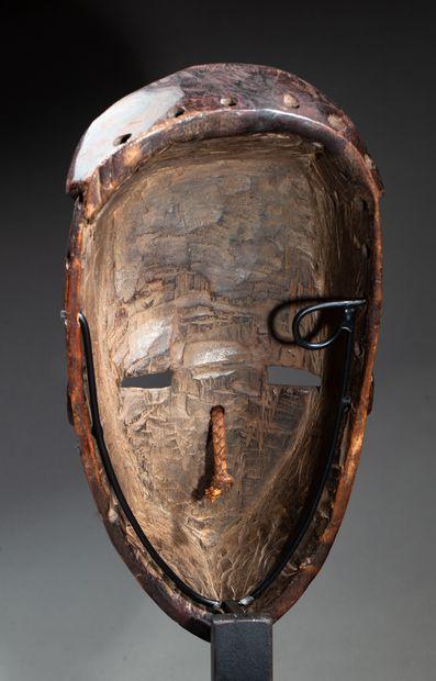 masque de danse présentant un visage oblongue à nez pyramidale avec arrête longiligne...
