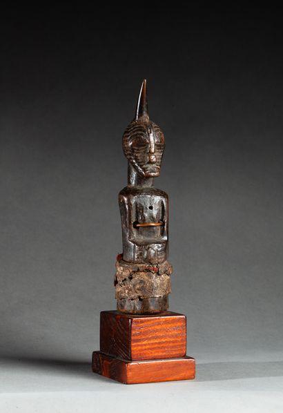 Fétiche sculpté d'un buste masculin, le visage...