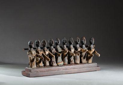 groupe cultuel présentant dix personnages...