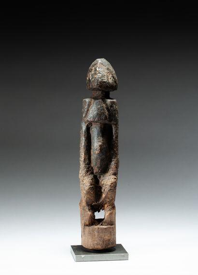 Statuette anthropomorphe présentant un personnage aux belles formes schématisées....