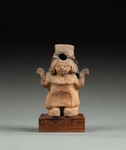 Statuette anthropomorphe présentant une prêtresse...