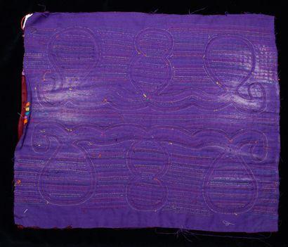 ensemble de trois molas  Tissu cousu et découpé sur plusieurs couches formant un...