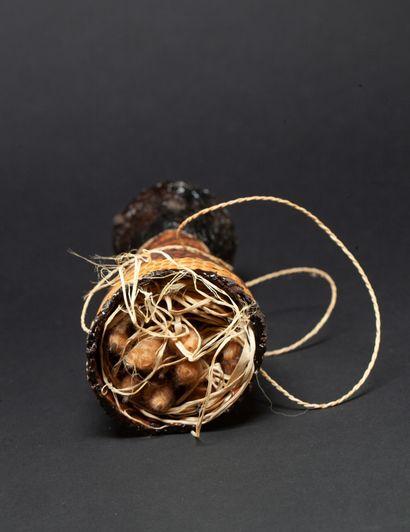 carquois de sarbacane conservant plusieurs flèches avec pointes enduites de curare...