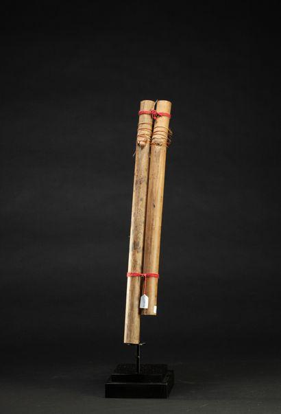Flûte chamanique Urui à deux tubes  Fils de coton rouge, gomme, bambou, anciennes...