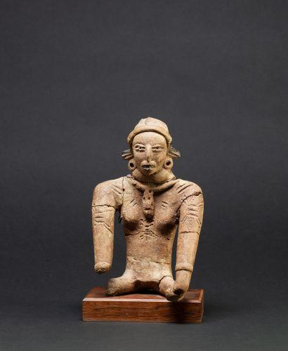 Statuette présentant une divinité féminine...