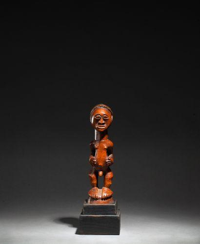 statuette présentant une figure masculine debout campée sur des pieds démesurés...