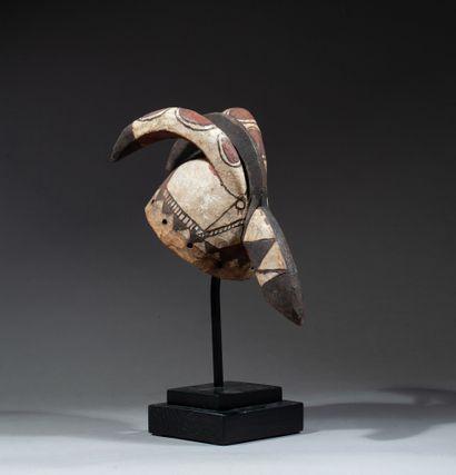 cimier de danse présentant une tête de cervidé aux traits stylisés et à décor polychromé...