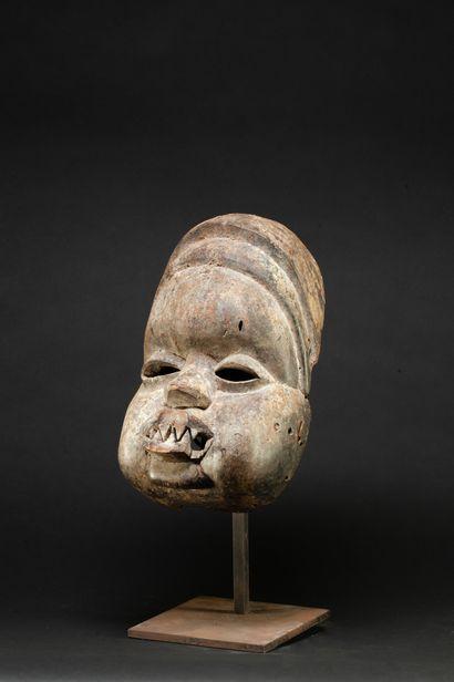 Masque de danse présentant un visage joufflu,...