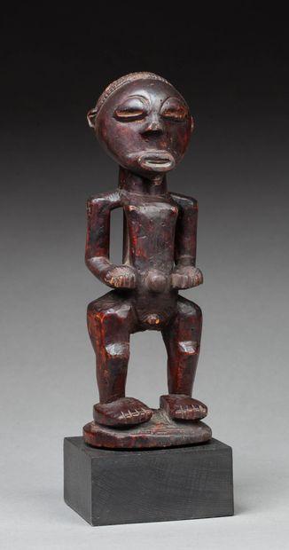 Statuette  présentant un personnage nu debout,...