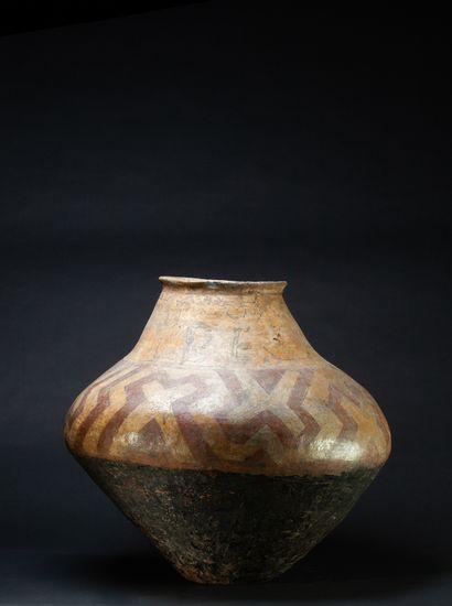 Vase pansu à décor géométrisé en réserve évoquant des symboles ancestraux  Terre...