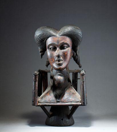 Cimier de danse présentant une tête féminine...