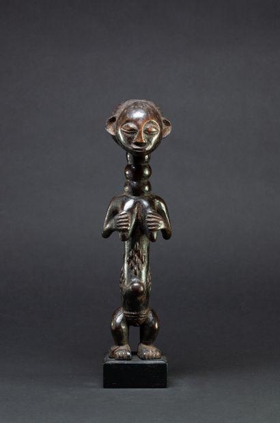 Ensemble comprenant : - 1 statuette présentant...