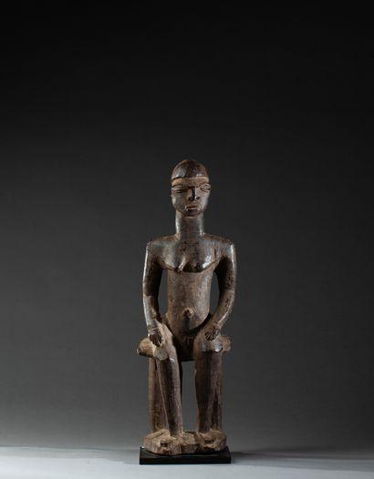 statue présentant un jeune chef assis les...