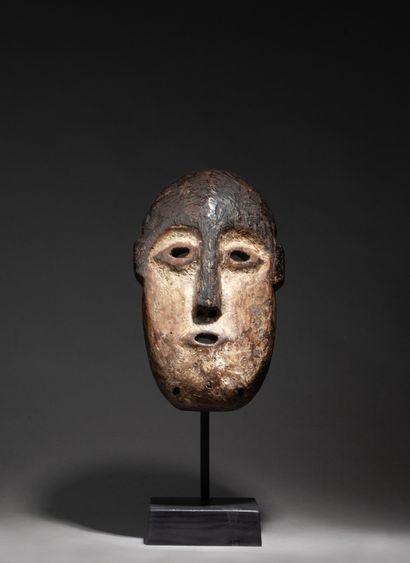 masque de grade sculpté d'un visage au nez...